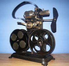 Een collectie oude filmprojectoren en filmmateriaal.