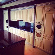 Мебельное ателье FEELWOODS. Кухня в загородном доме, выполнена в классическом стиле цвета слоновой кости, встроенная техника, материалы: массив бука ,эмаль, серебреная патина, отдельные детали выполнены из массива красного дерева (сапеле)
