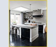 Gli sgabelli in metallo opaco galvanizzato sono di Tolix; la lampada a soffitto è Tolomeo di Michele De Lucchi e Giancarlo Fassina per Artemide. Rigorosamente d'acciaio gli accessori sul piano e sull