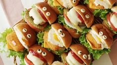 Mini Sliders Have you seen more adorable sliders? These fun mini meals are perfect for your next game day or any party!Have you seen more adorable sliders? These fun mini meals are perfect for your next game day or any party! Cute Food, Good Food, Yummy Food, Tasty, Mini Sliders, Snacks Für Party, Cute Snacks, Party Drinks, Food Platters