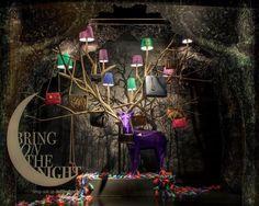ik vind dit een mooie etalage omdat het een bijzondere etalage is want je ziet nooir een paars hert in een etalage met lampen en bomen
