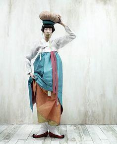 Hanboks of Korea: Kim Kyung-soo for Vogue Korea Vogue Korea, Korean Traditional Dress, Traditional Dresses, Korean Dress, Korean Outfits, Korean Women, Korean Girl, Modern Hanbok, China Girl