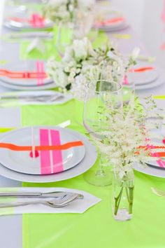 Neon Wedding Did someone say neon? There's something about a little pop of neon that just makes me happy. I love the idea of incorporating a little neon into a wedding or dinner party. Beautiful Table Settings, Throw A Party, Blog Deco, Deco Table, Decoration Table, Neon Colors, Bright Colors, Colours, Wedding Designs