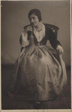 B/W photo of a woman with Amalia costume. Inscriptions: ΚΑΡΔΙΑΚΙΔΗΣ, CARTE POSTALE 1930s