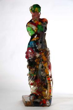 ALBEN, Vénus de Milo, 110 x 38 x 25 cm, inclusion résine. http://www.galeriealaindaudet.fr/sculptures/alben/