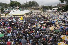 Centinaia di migliaia di fedeli cattolici si sono radunati per una messa pubblica di #papa Francesco all'Università di #Nairobi, #Kenya. (© Ansa) #PapaFrancesco #cattolicesimo #religione