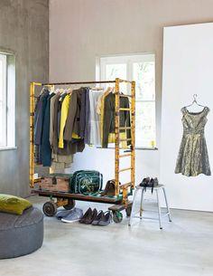 Liksom här, kläder är perfekt pynt i inredningen.