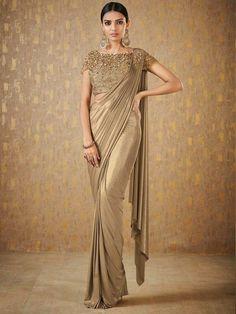 Trendy Sarees, Stylish Sarees, Saree Blouse Patterns, Saree Blouse Designs, Buy Designer Sarees Online, Designer Dresses, Latest Designer Sarees, Designer Sarees Wedding, Wedding Sari