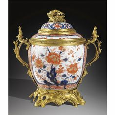 Beau vase couvert en porcelaine de Chine Imari, d'époque Kangxi (1662-1722) à monture de bronze doré d'époque Louis XV, vers 1740-1745
