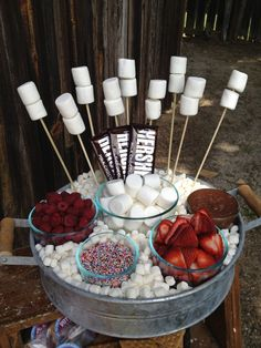 Party Stuff 744782857110304762 - Simple and delicious… make a S'mores bar for your next get-together so guests can create their own special dessert! Fun Sleepover Ideas, Sleepover Food, Slumber Party Foods, Sleepover Birthday Parties, Adult Party Ideas, Pyjama-party Essen, Indoor Smores, Birthday Party For Teens, Card Birthday