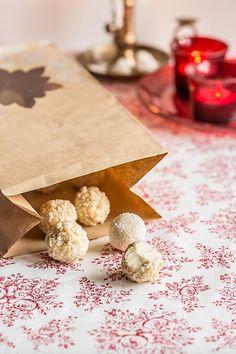 Trufas chocolate limon. http://www.marialunarillos.com/blog/2015/11/trufas-de-chocolate-blanco.html?mc_cid=aea1ef3c9e&mc_eid=b7e4a4fdb6