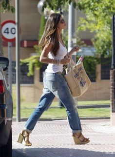 Beautiful woman, slender woman and the jeans are NOT skin tight. She looks great. Boho Outfits, Casual Outfits, Summer Outfits, Fashion Outfits, Jeans Fashion, I Love Fashion, Girl Fashion, Look Boho Chic, Boyfriend Jeans Style