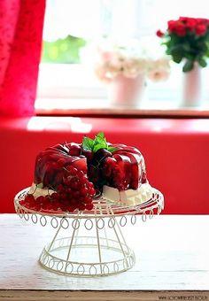 Lekki, letni, pełen czerwonych owoców sezonowcyh deser z warstwą z gotowanej śmietanki z dodatkiem mascarpone. Słodko kwaśna warstwa owocowa świetnie komponuje