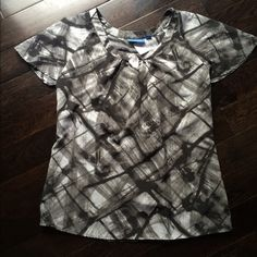 Chic Vera Wang Top Perfect condition and great for work! Or dates;) or interviews! Great price for a designer item. Cute to add a statement necklace with. Bundle to save even more... I have more Vera wang. No trades Simply Vera Vera Wang Tops Blouses