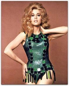 Paco Rabanne - fime Barbarella (1968) com Jane Fonda  Entre 1967 e 1970, Paco Rabanne passou por um período rico em materiais revolucionários e experimentos de projetos, como vestidos de papel, modelos de couro fluorescentes, metais, alumínio martelado e jersey de malha com peles.   http://sergiozeiger.tumblr.com/post/111877024208/paco-rabanne-nascido-francisco-rabaneda-y-cuervo