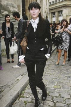 ★ ★ ★ ★ ★ five stars (white button down with black details, black blazer, black skinny pants, black boots, brown handbag)