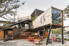 Plaza Gourmet construida con material reciclado