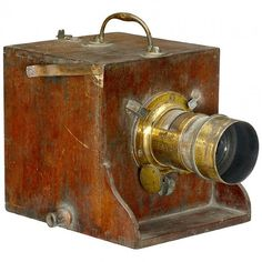 Dubroni, c. 1866 Wooden box camera for wet collodion process. Antique Cameras, Old Cameras, Vintage Cameras, Plate Camera, Box Camera, Haunted Dollhouse, Dollhouse Miniatures, Classic Camera, Doll Houses