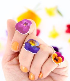 DIY Shrink Plastic Flower Rings Make these cheap and beyond easy DIY Flower Rings using printable ink jet shrink plastic paper. For more shrink plastic DIYs like pinwheels, paper airplanes and stacking rings go here and here. Find these DIY Shrink. Shrinky Dinks, Tween Gifts, Gifts For Teens, Flower Crafts, Diy Flowers, Fake Flowers, Crafts To Do, Crafts For Kids, Tween Craft