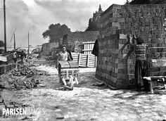 Déchargement de briques d'une péniche. Paris, quai de Conti, vers 1930.