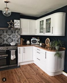 Witte keukenblokken met donkere muren White kitchen units with dark walls Witte keukenblokken met donkere muren Home Decor Kitchen, Interior Design Kitchen, Home Kitchens, Kitchen Ideas, Decorating Kitchen, Updated Kitchen, New Kitchen, Vintage Kitchen, Retro Vintage