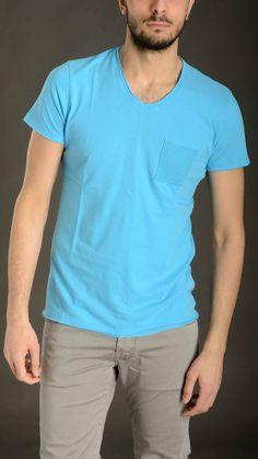 Sky blue linen slub T-shirt featuring V neck, seamless, chest pocket, slim fit, 95% linen 5% elastan.