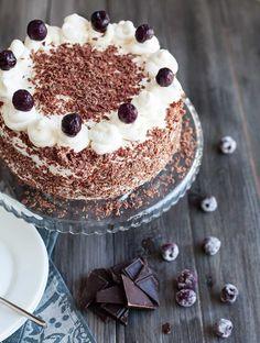 La tarta Selva Negra, además de un nombre la mar de llamativo, lo tiene todo. Para empezar, chocolate, ingrediente fundamental de su bizcocho, denso y tierno. Si eres de los que pierdes el norte nada más oírlo nombrar, esta tarta simplemente te encantará. Además, fruta, mucha fruta, en forma de cerezas. La cosa no hace …