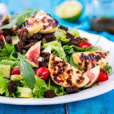 Ruokaisassa salaatissa on paahdettua leipäjuustoa ja saaristolaisleipää. Vegetable Pizza, Potato Salad, Tacos, Potatoes, Cheese, Chicken, Meat, Vegetables