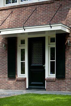 Luxe villa, met luxe voordeur met zijlichten en voorzien van luiken