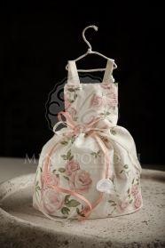 Μένη Ρογκότη - Μπομπονιέρα βάπτισης για κορίτσι υφασμάτινο φόρεμα με τριανταφυλλάκια