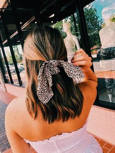 The accessory isn't the only thing a VSCO girl wears with her space buns and french braids. Hair scarves, oversized bows, and sparkly glitter also showed off the VSCO girl style. Scarf Hairstyles, Messy Hairstyles, Pretty Hairstyles, Celebrity Hairstyles, Good Hair Day, Hairstyles For School, Hair Looks, Hair Inspiration, Hair Inspo