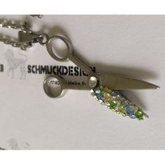 Diesen tollen Edelstahlanhänger (ca. 4,5 cm) im Scheren Design lassen Kristalle (MADE WITH SWAROVSKI® ELEMENTS) die in einem Bett aus Epoxidharz liegen glitze