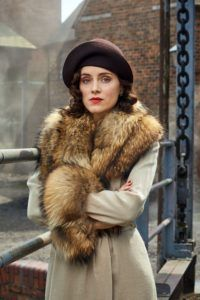 Ada Thorne (née Shelby) is the fourth and only female of the Shelby sibling. She married Freddie Thorne and has his son, Karl. Ada is in a secret romantic relationship with known Communist and Thomas's ex-best friend, Freddie Thorne. Ada Peaky Blinders, Aunt Polly Peaky Blinders, 30s Fashion, Vintage Fashion, Vintage Beauty, Peaky Blinders Characters, Birmingham, Sophie Rundle, Ex Best Friend