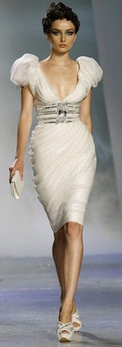 white dress Zuhair Murad Fall 2009 Couture => without the big shoulders Style Couture, Couture Fashion, Runway Fashion, Chanel Fashion, Chanel Couture, Couture Details, Beautiful Gowns, Beautiful Outfits, Beautiful Flowers