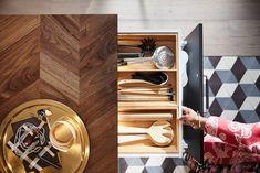 Les premières images du catalogue Ikea 2020 (édition d'août) - PLANETE DECO a homes world Catalogue Ikea, Design Ikea, Tons Clairs, Catalog Design, Wine Rack, Door Handles, Images, Home Decor, Moment
