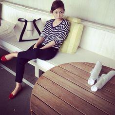 紗栄子さん。シンプルなコーデに赤のRepettoが差し色になっています。