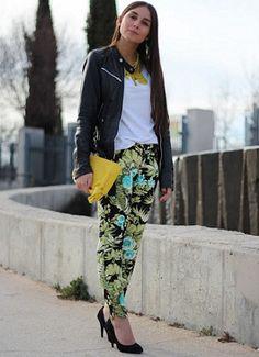 jacket de cuero negra con accesorios en amarillo y pantalones floreados en verde y calipso, ¡la combinación perfecta!