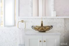 A velvety shade of golden brown, this uniquely faceted glass Briolette sink instantly becomes the centerpiece of any room.