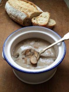 Zelf soep maken, zonder pakjes of zakjes, is zoveel makkelijker dan je denkt. Deze verse champignonsoep staat in een mum van tijd op tafel!