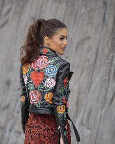 A piece of art - that's the translation of @patriciavieraoficial 's clothes! Wearing her runway handmade jacket and dress! So much love! -------- Uma obra de arte - é assim que vejo o trabalho de @patriciaviera ! Usando look já dá nova coleção que foi apresentada hoje - destaque para esta jaqueta em couro toda pintada à mão!!! Muito amor #SPFW #qgfhits @fhits by camilacoelho