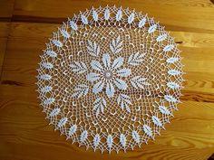 Dziś serwetka której wzór mnie po prostu oczarował.Buszując po necie znalazłam jej wzór i od razu przystąpiłam do działania.Wielkość to 60 c... Crochet Table Topper, Crochet Table Runner Pattern, Free Crochet Doily Patterns, Crochet Mat, Filet Crochet, Crochet Gifts, Crochet Stitches, Doily Art, Lace Doilies