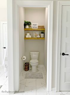 Make your rooms feel bigger with this easy trick! Floating Shelves Diy, Wood Shelves, Shelving, Water Closet Decor, Diy Projects Shelves, House Projects, Toilet Closet, Building Shelves, Old Basement