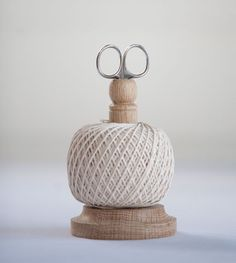 Oak stand with a ball of natural cotton string and stainless scissors.Perfect for the kitchen or office.This string is food safe.Creamore Mill, England.Height -