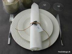 enkelt bordpynt med fugl og lædersnøre