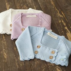 inspiration knitted bolero for baby Baby Knitting Patterns, Knitting For Kids, Baby Patterns, Baby Cardigan, Baby Pullover, Baby Outfits, Knitted Baby Clothes, Baby Kind, Knitted Dolls