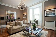 idée déco salon de style anglais avec canapé beige classique et lustre impressionnant