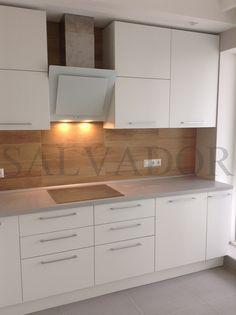 """Кухня """"Альва"""" из матового крашенного МДФ. Столешница из постформинга серого цвета, фартук - плитка с рисунком дерева. #кухни #alvaline #идеидлякухни"""