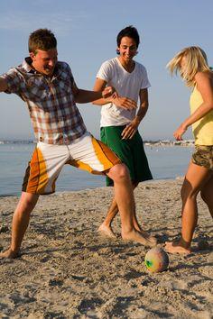 Kohteissa oppaat viettävät paljon myös vapaa-aikaa yhdessä. Kreikassa oppaat laittoivat rantafutikset käyntiin! www.tjareborg.fi/matkaopas