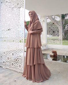 Morning🎆 Hijab Dress Party, Hijab Style Dress, Hijab Wedding Dresses, Modest Dresses, Modest Outfits, Islamic Fashion, Muslim Fashion, Niqab Fashion, Fashion Dresses