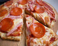 Sundere pizzabund - Nem opskrift på en lækker og sund pizzabund   Mummum.dk Hawaiian Pizza, Couscous, Pepperoni, Lchf, Food And Drink, Yummy Food, Bread, Desserts, Cooking Ideas